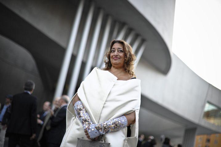 Zaha Hadid vor dem MAXXI-Museum in Rom