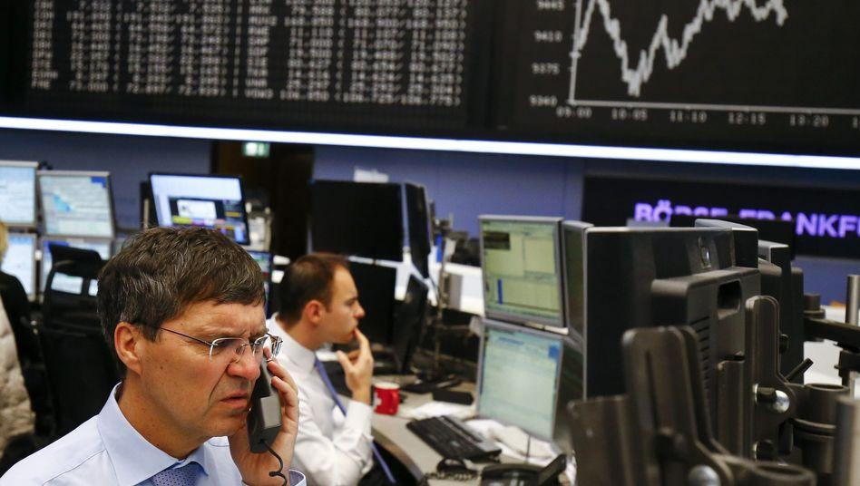 Aktienhändler an der Frankfurter Börse: Streuen Sie Ihre Aktien über viele Branchen