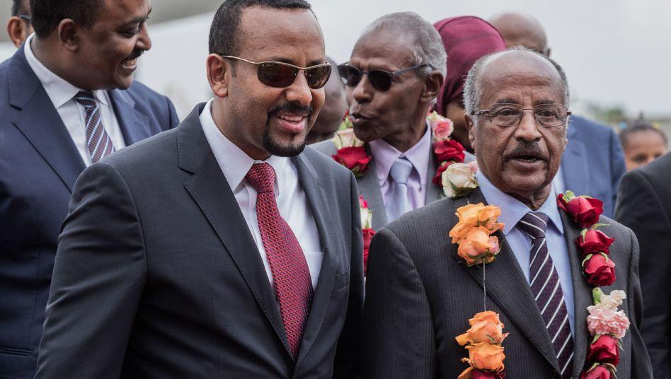 Äthiopiens Premierminister Abiy Ahmed (zweiter von links) und Eritreas Außenminister Osman Saleh Mohammed (rechts)