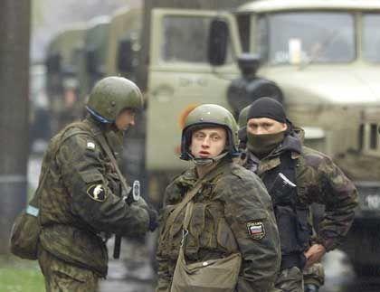 Soldaten der Alpha-Spezialeinheiten bezogen rund um das Theater Stellung