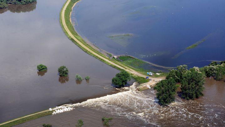 Hochwasser in Sachsen-Anhalt: Letzte Rettung Luftbrücke