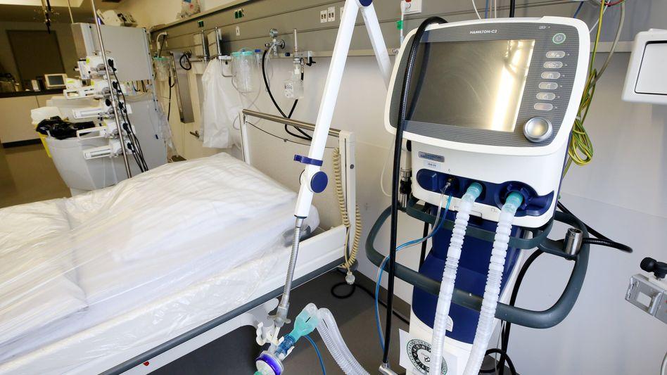Beatmungsgerät neben einem Krankenhausbett: Mit solchen Apparaten kann die Atmung von schwer erkrankten Corona-Patienten aufrechterhalten werden