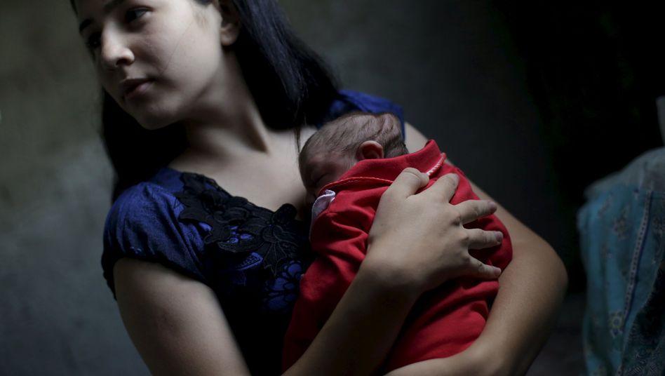Brasilianerin mit ihrem mit Mikrozephalie geborenen Kind