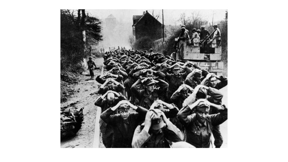 Kriegsgefangen: Auf dem Rücken weiße Lettern