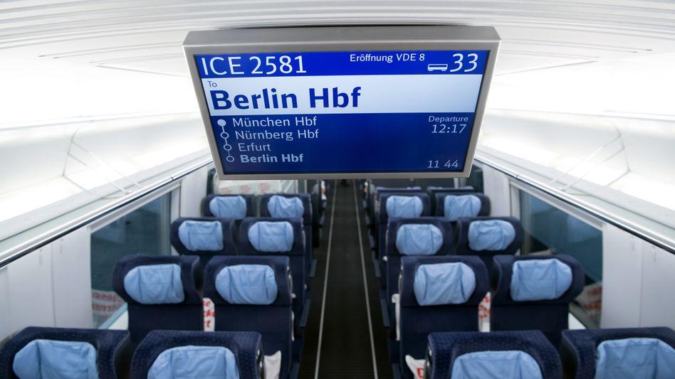 Anzeigetafel eines ICE Sprinter in München (Archivbild)
