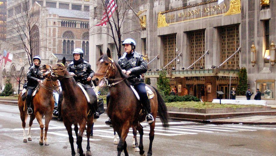 Polizisten vor dem Waldorf Astoria: Legendäres New Yorker Hotel