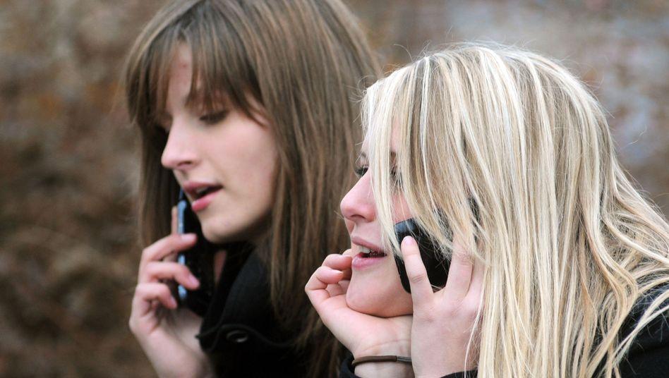 Jugendliche beim Telefonieren