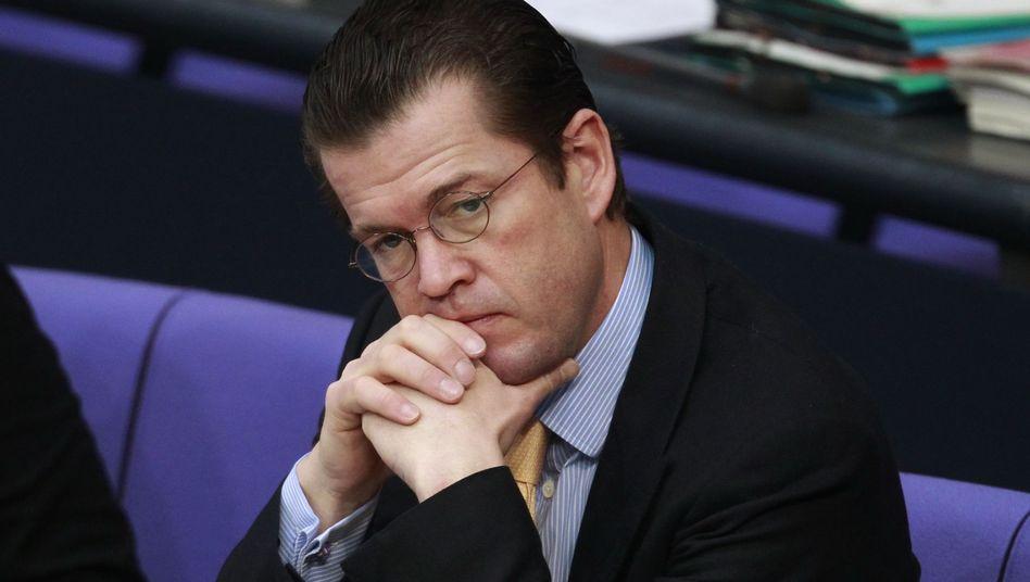 Verteidigungsminister Guttenberg: Wird mit zweierlei Maß gemessen?