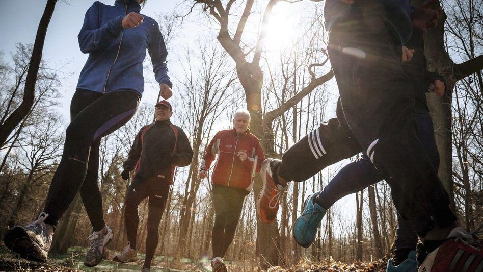 Jogger beim Waldlauf: Erbe der Urmenschen