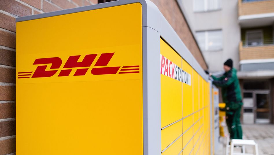 Berlin: Ein Arbeiter baut eine Packstation von Deutsche Post DHL auf.
