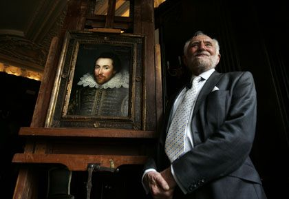 Professor Wells vor dem Shakespeare-Porträt: Sah so der große Dichter aus?