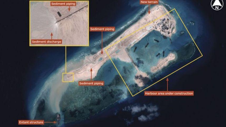 Fiery Cross Reef: Zu erkennen sind Flugfeld, sowie Start- und Landebahn, ein Hafen und Küstenschutzmauern
