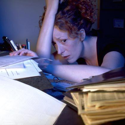 Gestresste Arbeitnehmerin: 60 Prozent der Fehltage gehen Schätzungen zufolge auf Stress zurück