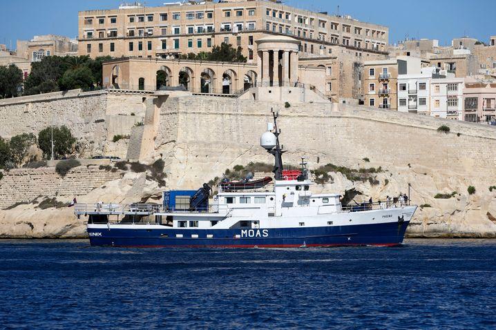 """Ehemaliges Fischereischiff """"Phoenix 1"""" beim Auslaufen in Valletta (Malta): """"Bestimmt hätten sie sich auch ein Häuschen in Chamonix kaufen können"""""""