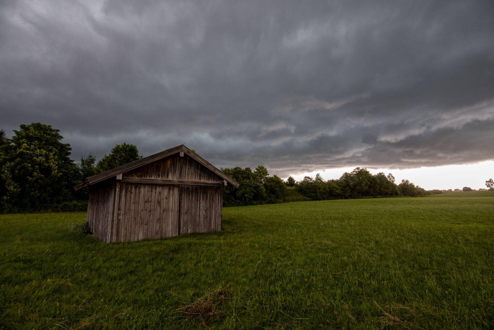 Unwetter in Bayern Dunkle Wolken eines Gewitters sind am Nachmittag am Himmel zu sehen. Eine Unwetterfront mit starken