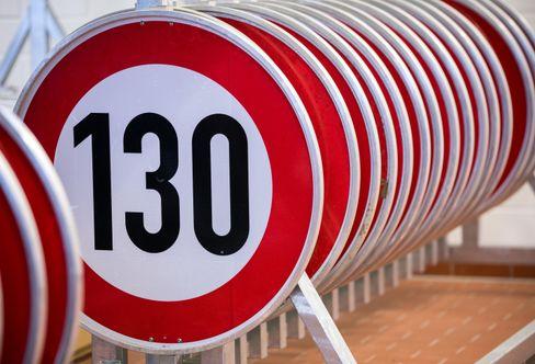Tempo-130-Schilder in einer Autobahnmeisterei in Mecklenburg-Vorpommern