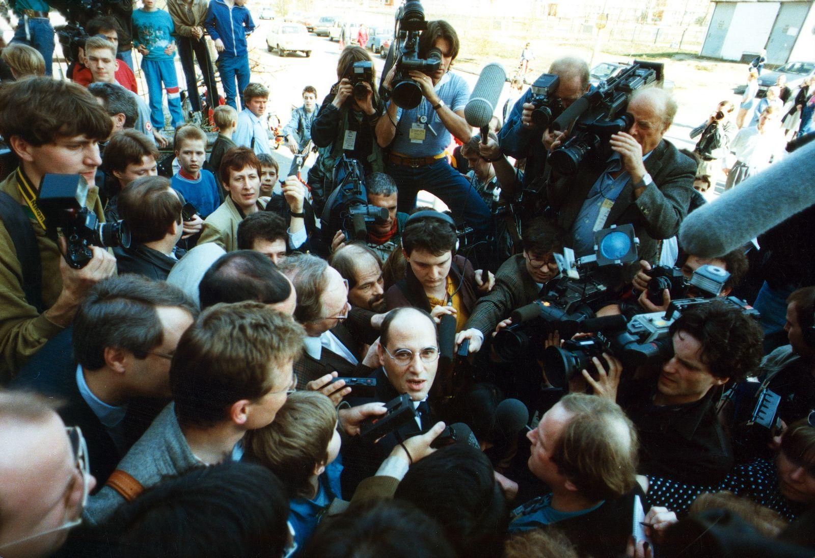DDR Wahl zur Volkskammer - Gregor Gysi (PDS) auf dem Weg zum Wahllokal