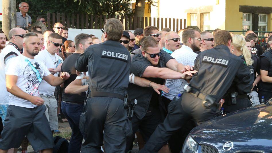 """NPD-Demonstranten rangeln mit Polizeibeamten: """"Noch nie erlebt"""""""