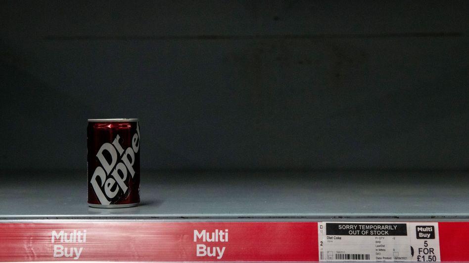 Eine Softdrink-Dose in einem nahezu leeren Regal eines Londoner Supermarkts