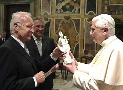 Glaubenshüter Stoiber (beim Besuch im Vatikan im November 2005): Mehr Schutz für christliche Empfindungen
