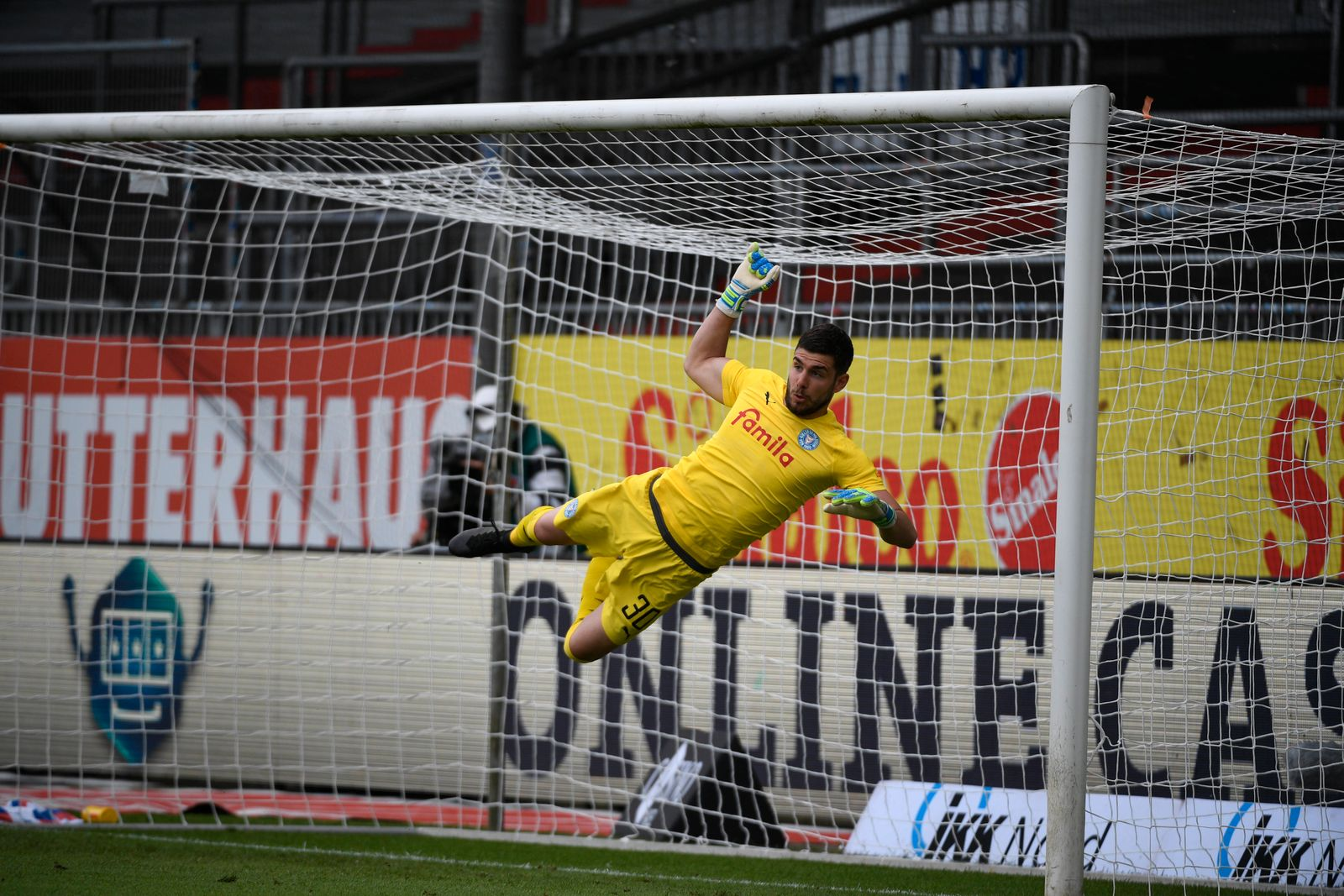 Ioannis Gelios (KSV, 30) fliegt am Ball vorbei, Fußball, Männer, Holstein Kiel vs 1. FC Nürnberg, 2. Bundesliga, 34. Sp