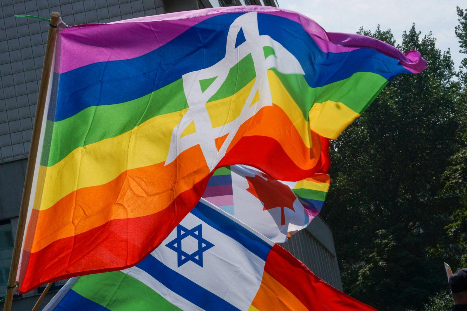Berlin, Deutschland 24. Juli 2021: Regenbogenflagge mit Israelflagge und Davidsstern Berlin *** Berlin, Germany 24 July