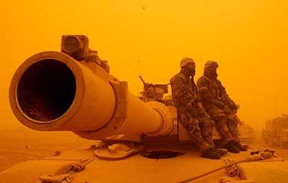 US-Soldaten im Sandsturm, März 2003: Die nackte Kanone 2 1/2