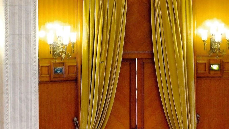Regierungskritiker Sobaru bei seinem Sturz im Sitzungssaal des Bukarester Parlaments: »Als wollte er fliegen«