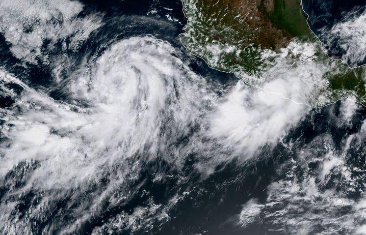 """Satellitenbild der Stürme """"Norma"""" (links) und """"Max"""" (rechts)"""