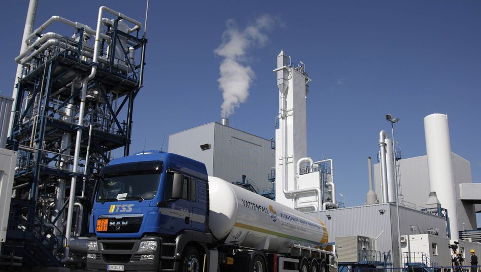 A truck with a CO2 tank stands in front of the Schwarze Pumpe power plant near Sprengberg, Germany. It is the first power plant in the world that takes toxic emissions from coal and buries them deep in the ground.