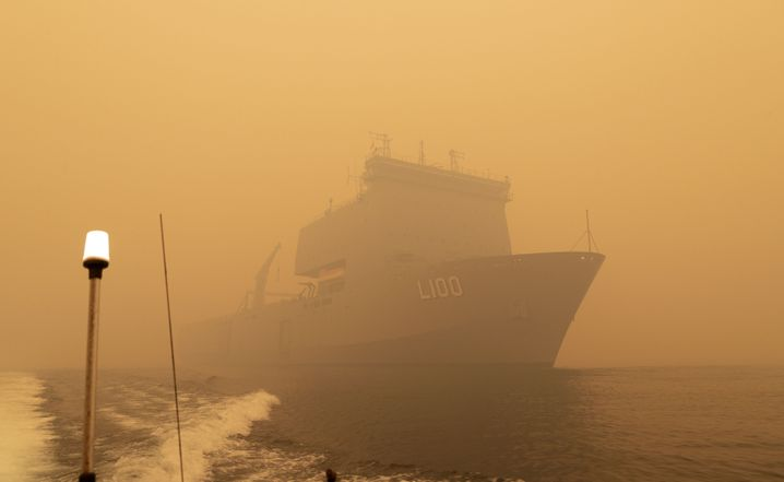 Kriegsschiff an der Küste von Victoria: Extreme Bedingungen für die Retter
