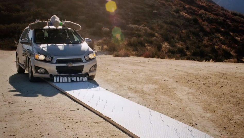 Chevi-Kleinwagen Sonic: Klappvorrichtungen für Schlagstöcke an den Wagenflanken
