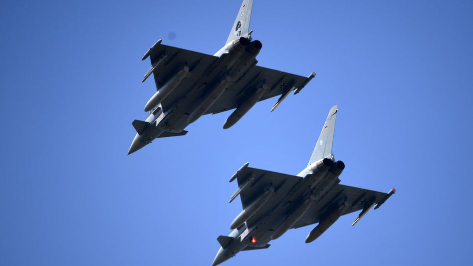 """Kampfflugzeuge der Bundeswehr vom Typ """"Eurofighter"""" im Mai 2016 bei einem Testflug"""