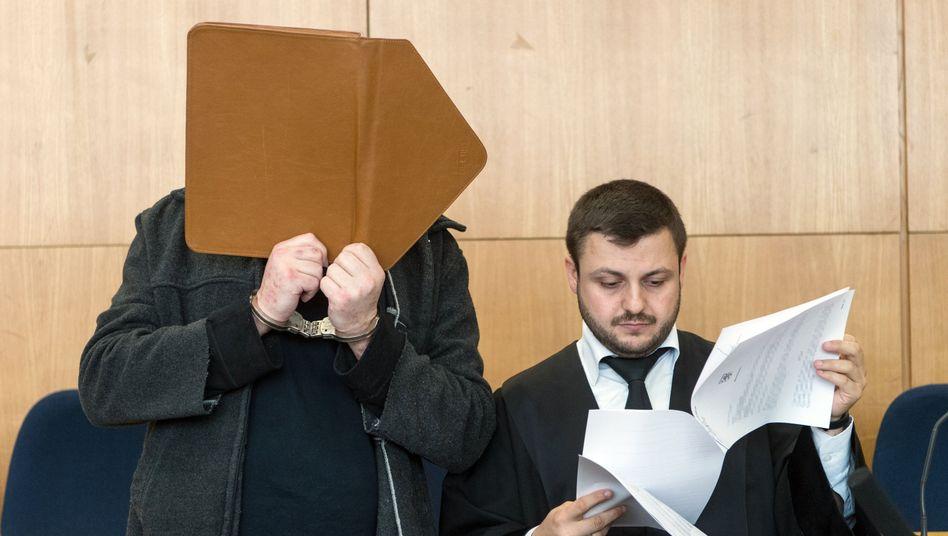 Angeklagter D. (l) mit seinem Verteidiger vor Gericht