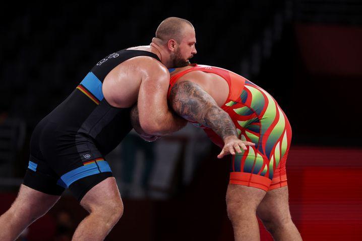 Im Griff: Eduard Popp gewann seinen Olympia-Auftakt gegen Eduard Soghomonyan aus Brasilien