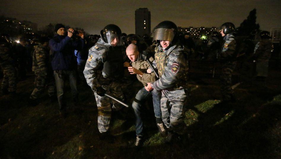 Fremdenfeindliche Krawalle: Polizei nimmt 400 Randalierer in Moskau fest