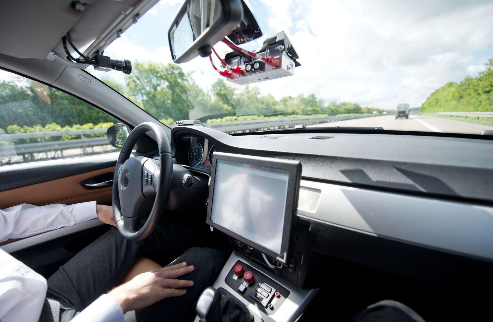 Auto/ autonomes Fahren/ vernetztes Fahren