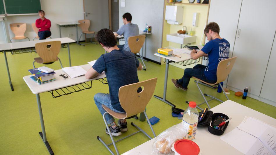 Bessere Noten wegen der Coronakrise? Abiturienten bei der Prüfungsklausur in Dresden-Klotzsche