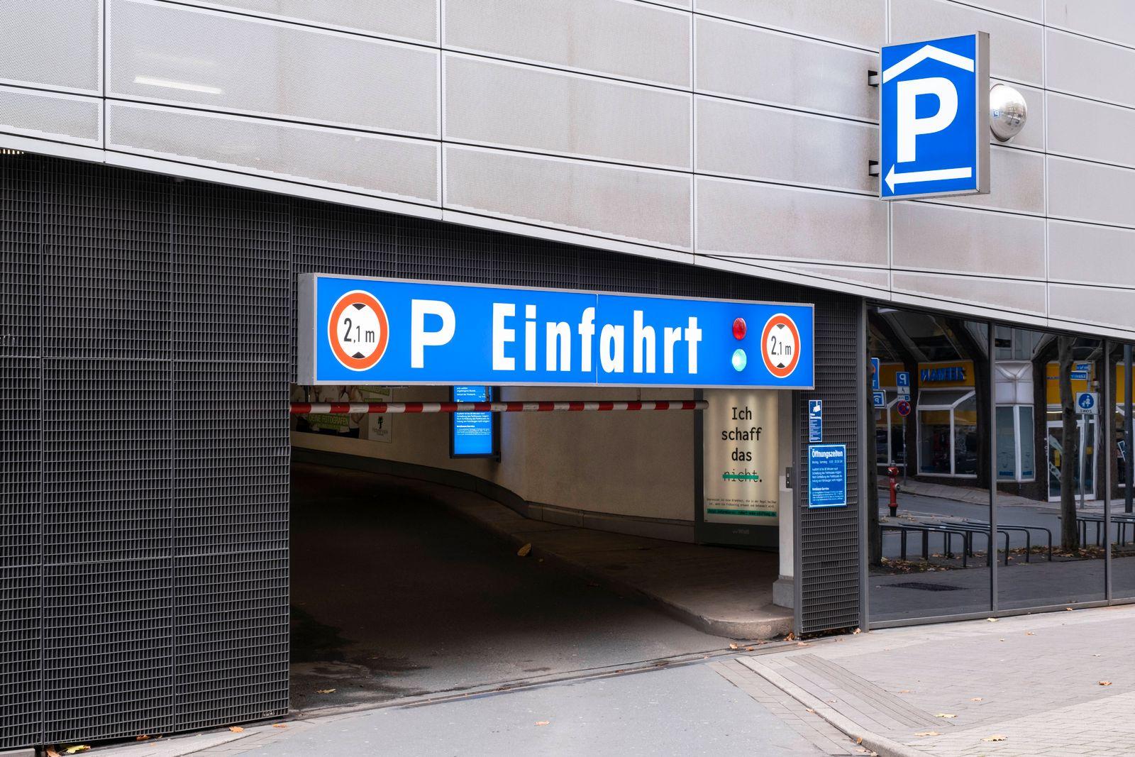 Einfahrt zum Parkhaus am Limbecker Platz, Essen, Ruhrgebiet, Nordrhein-Westfalen, Deutschland *** Entrance to the parkin