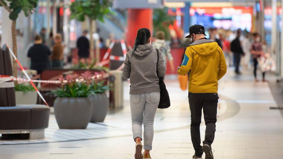 Passanten in einem Einkaufszentrum in Dresden (Symbolbild): Die DIW-Forscher erwarten nur eine langsame Erholung