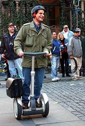 """Dean Kamen persönlich führt Ginger vor: Ab sofort soll das Vehikel """"Segway Human Transporter"""" heißen"""