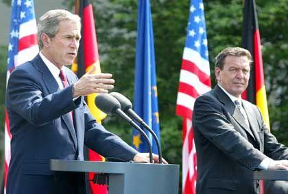 Bush und Schröder in Berlin: Distanz zum mächtigsten Mann der Welt.