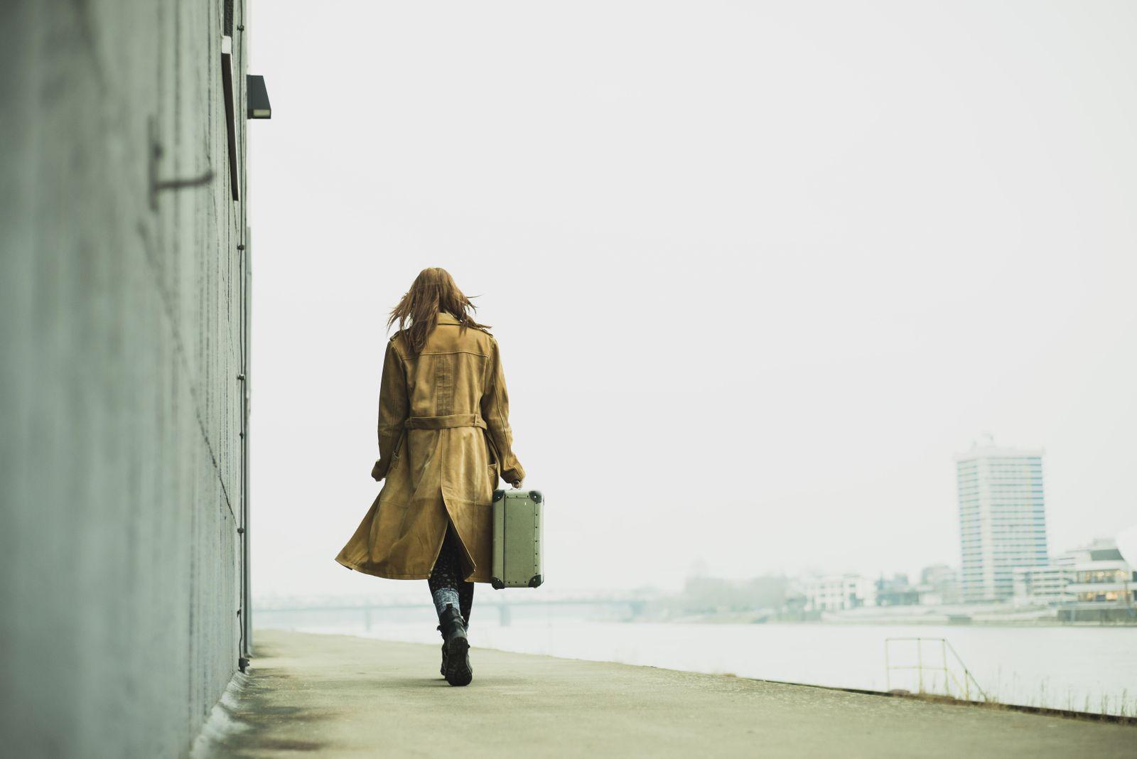 EINMALIGE VERWENDUNG Frau mit Koffer