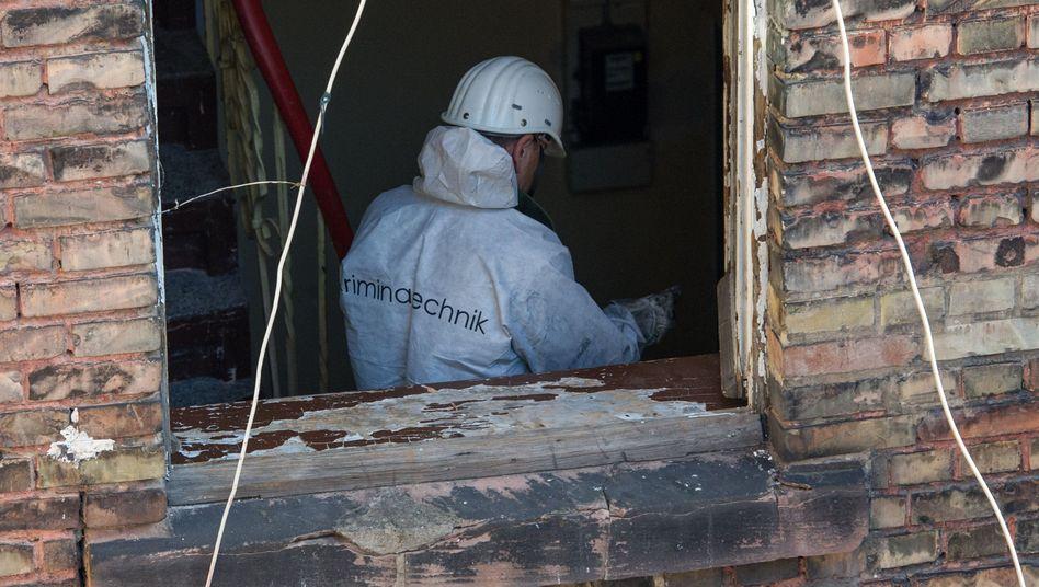Beamter der Spurensicherung in ausgebrannter Wohnung: Drei tote Kinder