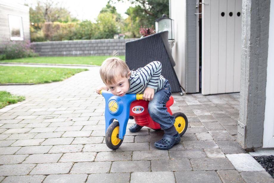"""Mit dem Laufrad durch den Garten: """"Daniel hat unser Leben komplett umgekrempelt"""", sagen seine Eltern"""