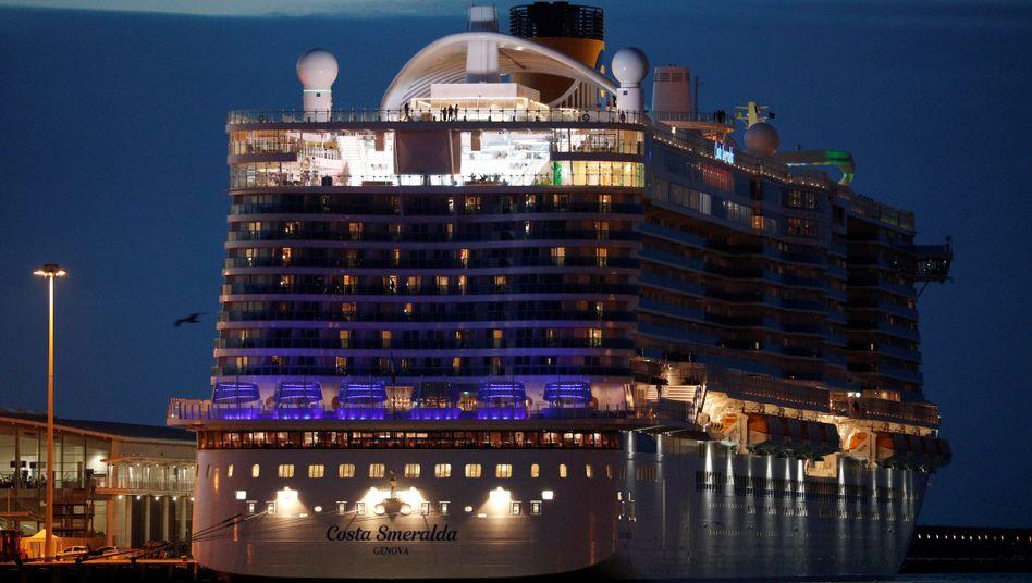 """Das Kreuzfahrtschiff """"Costa Smeralda"""" im Hafen von Civitavecchia"""
