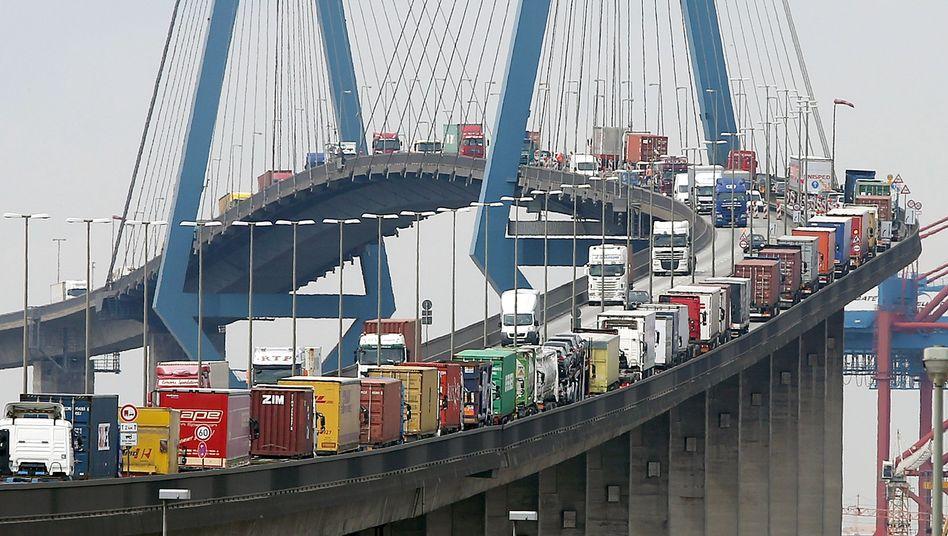 Stau auf der Köhlbrandbrücke im Hamburger Hafen: Verkehrswende? Fehlanzeige!