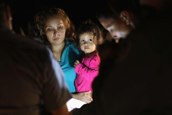 Das honduranische Mädchen mit seiner Mutter