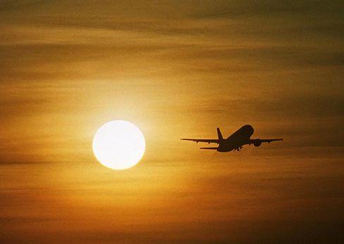 Ein Flugzeug startet in den Sonnenuntergang: Spannender sind Turbulenzen