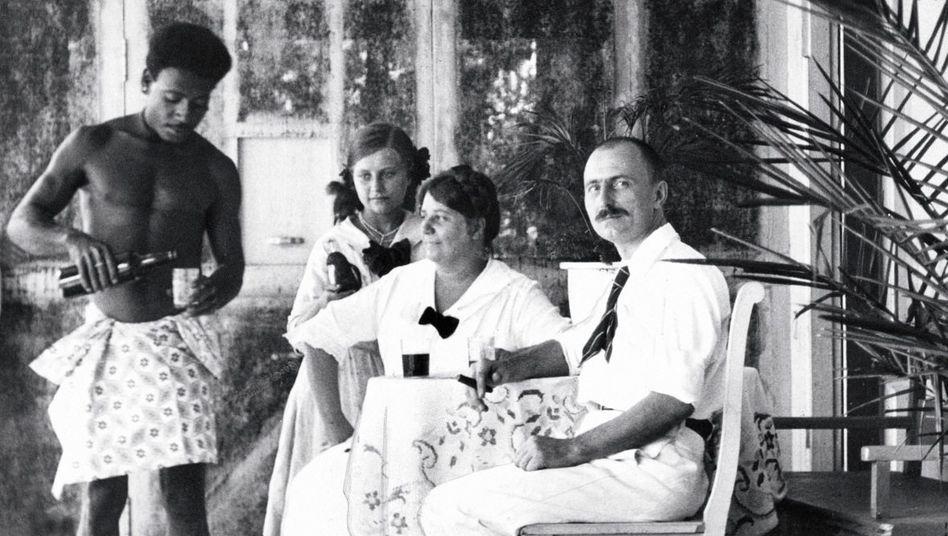 Deutscher Kolonialbeamter auf Neuguinea 1915(*): »De Mann, de Frau, de Buch«